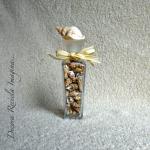 vía http://decorareciclaimagina.blogspot.com.es/2010/11/reciclar-frascos-de-perfume.html