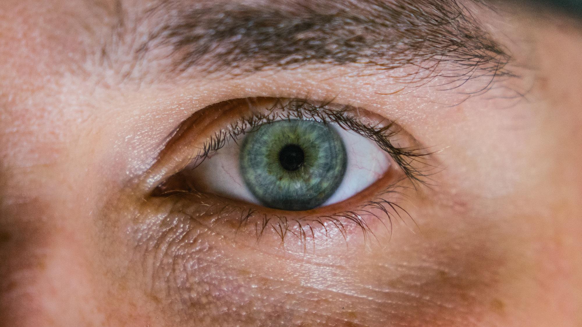 contorno ojos masculino